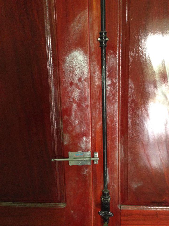 Dấu vân tay ở các cửa ra vào được lực lượng công an thu tiến hành làm rõ bằng hoá chất.