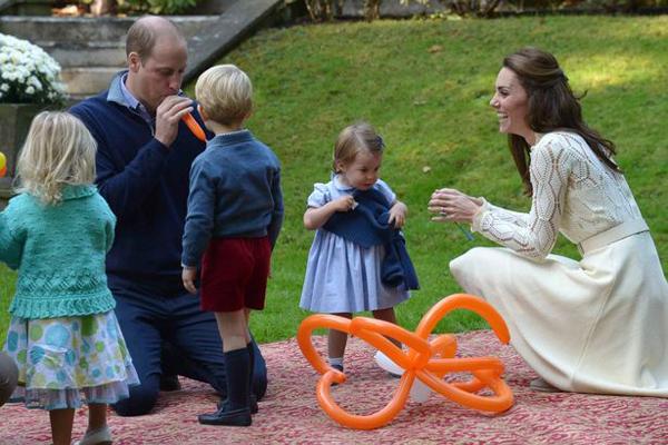 George và Charlotte chạy thẳng đến chỗ người làm bóng bay nghệ thuật ngay khi được bố mẹ đưa đến tham dự bữa tiệc.