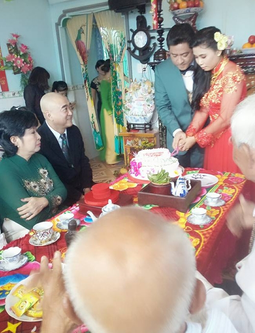 Ở tuổi 48, nam diễn viên tìm được hạnh phúc bên người vợ thứ hai Thảo Sương. Nghệ sĩ Kim Phương (áo dài xanh) đại diện họ nhà trai trong lễ cưới của Huỳnh Anh Tuấn.