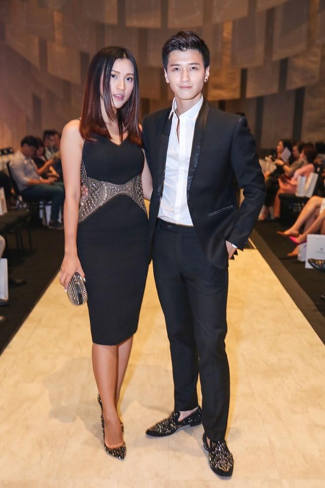 Cặp đôi Hoàng Oanh - Huỳnh Anh ăn vận tone-sur-tone trên thảm đỏ.