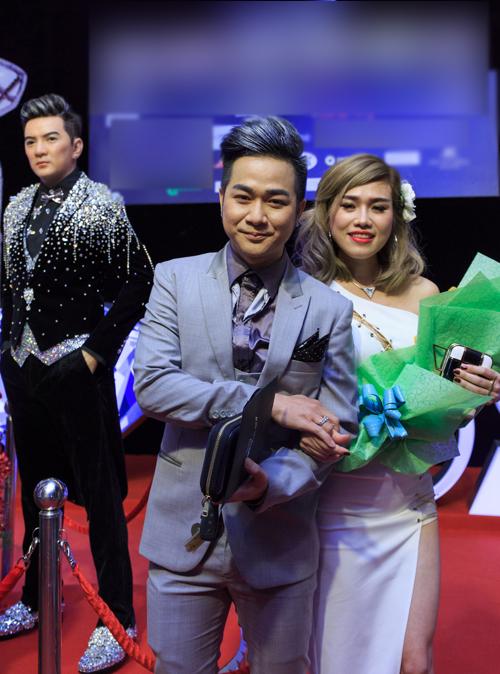 Nam ca sĩ và bạn gái nắm tay nhau chụp ảnh kỷ niệm với tượng sáp của Mr Đàm trưng bày trong đêm nhạc. Quách Tuấn Du chia sẻ, anh rất hạnh phúc vì được bạn gái ủng hộ, hỗ trợ hết mình trong hoạt động nghệ thuật.