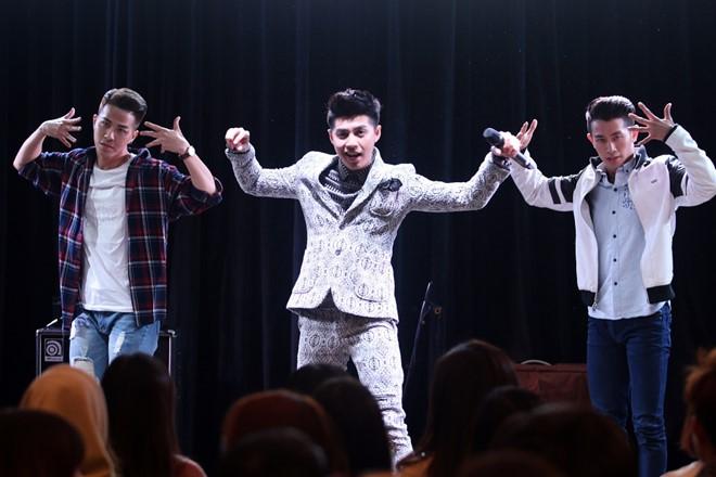 Nam ca sĩ gửi tặng người hâm mộ loạt bản hit như Cause I Love You, Mãi mãi bên nhau, Gạt đi nước mắt hay Lặng thầm cùng các vũ công thuộc vũ đoàn Bước Nhảy.