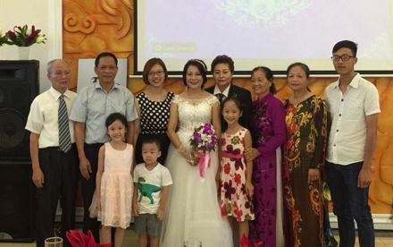 Hai chị hạnh phúc vì tình yêu được gia đình, bạn bè thừa nhận, chúc phúc.