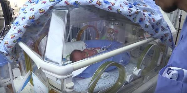 Vì sinh thiếu tháng nên những đứa trẻ phải ở lại bệnh viện để theo dõi thêm.