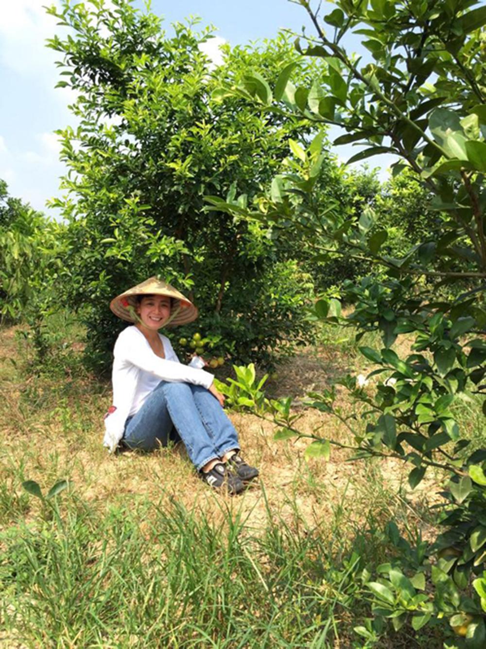Khác xa với hình ảnh trên phim, Chiều Xuân đội nón lá chăm bón cho khu vườn của mình.