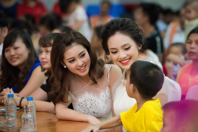 Bảo Ngọc và Tố Như muốn mang đến sự vui vẻ khi gặp gỡ các em. Hai người đẹp trò chuyện cùng một em nhỏ.