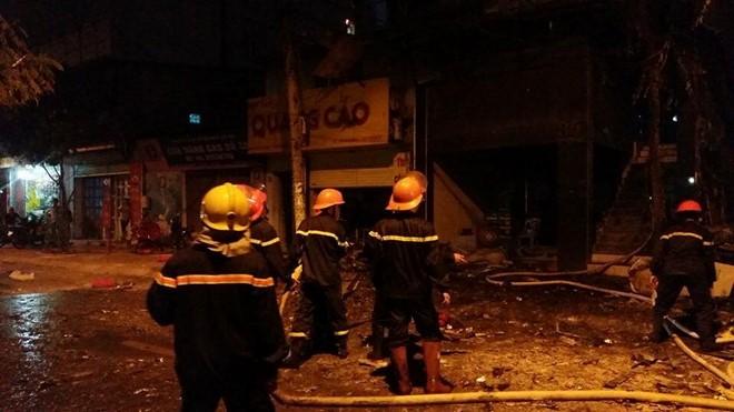 Gần 20h, lửa vẫn cháy đỏ từ tầng 3 đến tầng 5 quán. Cảnh sát đang mở rộng khu vực phong tỏa xung quanh hiện trường, ước chừng bán kính 1 km.