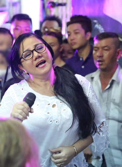 Ca sĩ Ngọc Ánh hát Ai biểu em làm thinh - ca khúc chị từng nhiều lần biểu diễn cùng Minh Thuận trên sân khấu. Bản nhạc được hòa âm sôi động và mọi người vỗ tay theo nhịp điệu.
