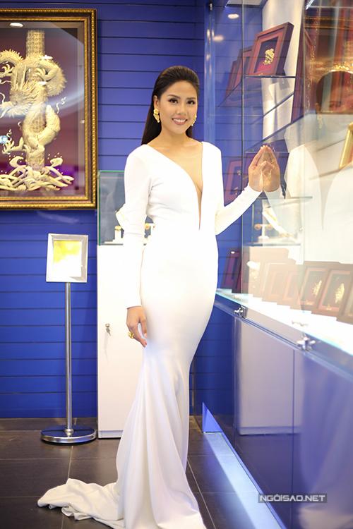 Hoa hậu Biển Nguyễn Thị Loan khoe táo bạo vòng 1 với đầm dạ hội khoét sâu.