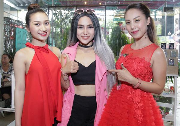 Hot girl Cao Mỹ Kim (trái), ca sĩ Diễm Hương The Voice và MC Đỗ Phương Thảo diện trang phục nổi bật đi sự kiện.