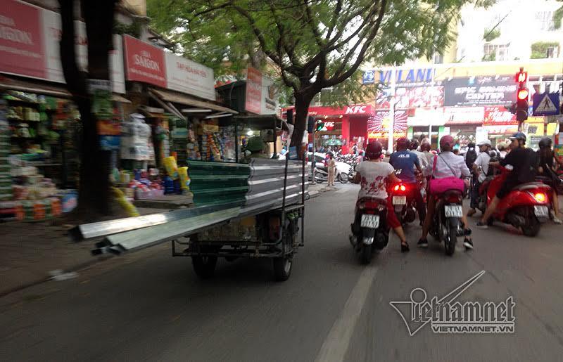 Vào giờ cao điểm, những chiếc xe mô tô 3 bánh tự chế chở hàng cồng kềnh, lạng lách, thậm chí đi vào đường ngược chiều. Ảnh chụp trên phố Phạm Ngọc Thạch chiều 23/9
