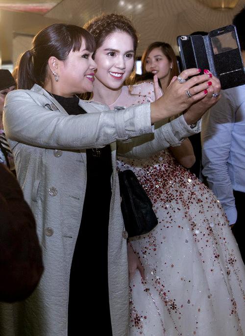 Một số khán giả người Việt dự sự kiện tranh thủ ghi lại hình ảnh với người đẹp phim Vòng eo 56.