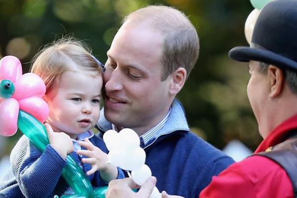 Tiểu công chúa thích thú, ôm chặt chiếc bóng nhiều màu sắc, trong khi William nhìn con âu yếm.