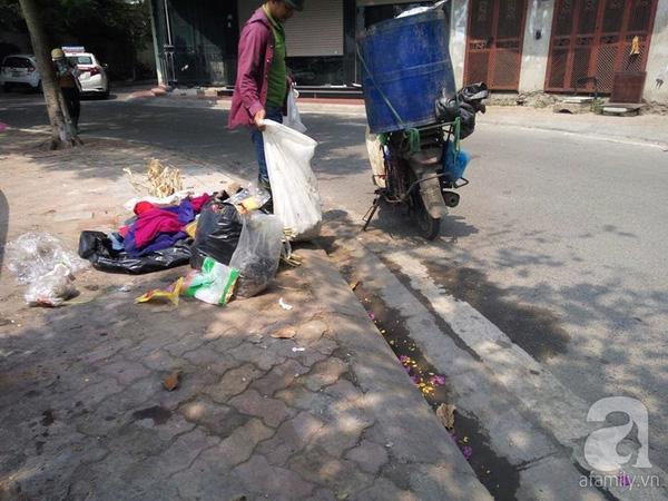 ...Sau đó một người đàn ông đi cùng xe máy không biển số tiến lại mang theo một bao tải chứa cá chết bên trong