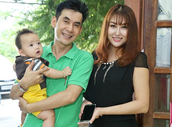 Ca sĩ Đoan Trường rất thân thiết với Phi Thanh Vân. Anh vui vẻ bế và nựng nịu bé Tấn Đức.