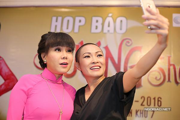Tuy nhiên khi chụp ảnh kỷ niệm cùng Việt Hương, Phương Thanh lại bỏ mũ ra, không giấu mái đầu đã cạo trọc.