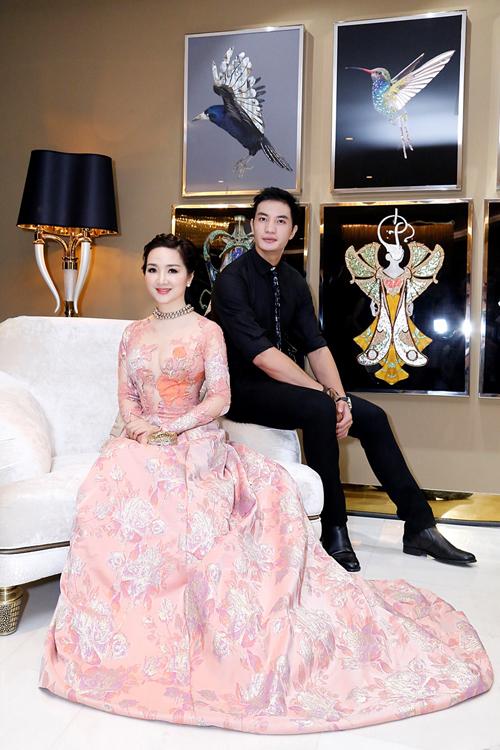 Dù đã ở tuổi trung niên nhưng Hoa hậu đền Hùng vẫn trẻ trung và đẹp đôi khi đứng cạnh Nam vương toàn cầu Nguyễn Văn Sơn.