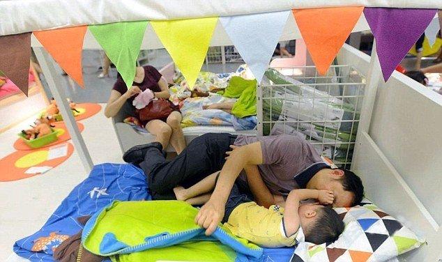Mặc dù là giường ngủ trẻ em trưng bày cho khách hàng nhưng những người dân vô tư chiếm dụngđể ngủ nghỉ cùng con em của mình.