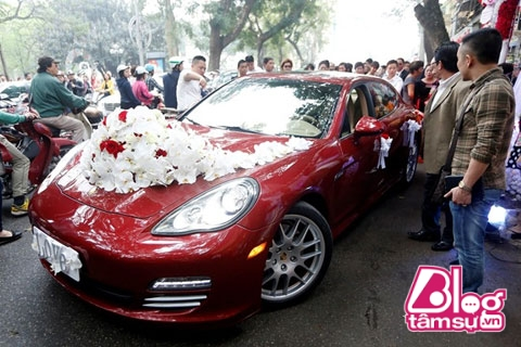 Chiếc Porche màu đỏ trị giá khoảng 10 tỷ cũng là tài sản trước hôn nhân của Hương Baby.