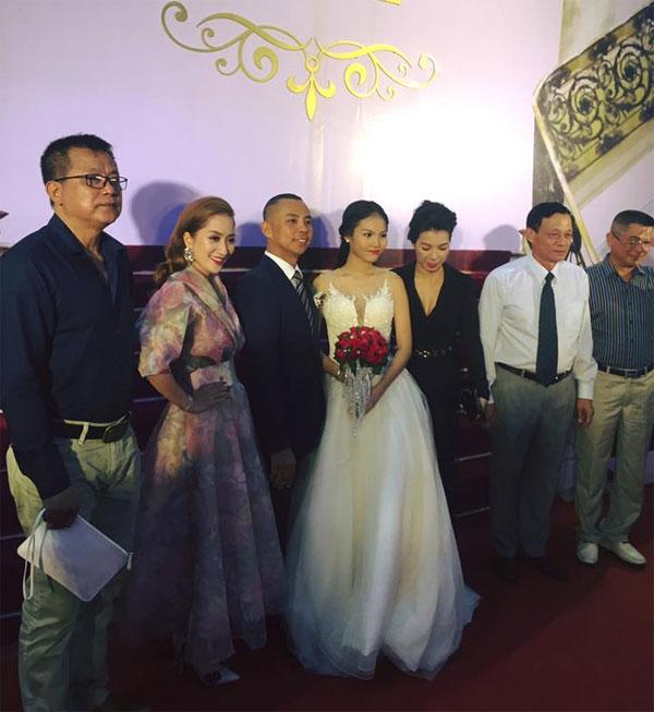 Khánh Thi chụp ảnh cùng Chí Anh - Khánh Linh trong phòng tiệc cưới.