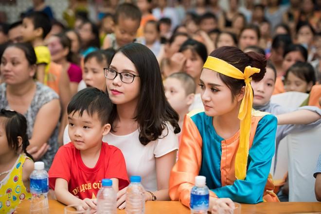 Huyền Trang (phải) còn tình nguyện trình diễn một số tiết mục múa phục vụ các bệnh nhi.