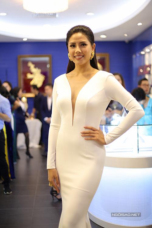 Bộ hoa tai và nhẫn mà cô kết hợp cùng bộ váy xấp xỉ 200 triệu đồng.