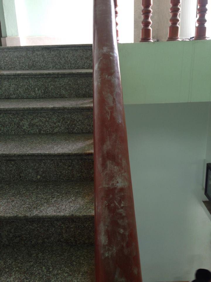 Tay vịn cầu thang cũng in dấu vân tay.