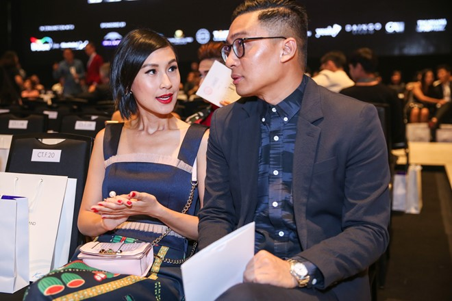 Diễn viên Kathy Uyên tranh thủ trò chuyện với một người bạn. Sau một số bộ phim điện ảnh, gần đây cô không xuất hiện nhiều ở các hoạt động trong làng giải trí Việt.
