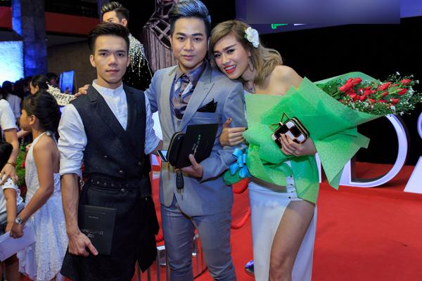 Nhà thiết kế Tuấn Trần cũng là người bạn trong nghề của nam ca sĩ.