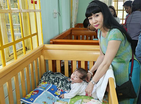 Diễn viên Uyên Thảo cũng đi thăm và tặng quà các em nhỏ có hoàn cảnh khó khăn.