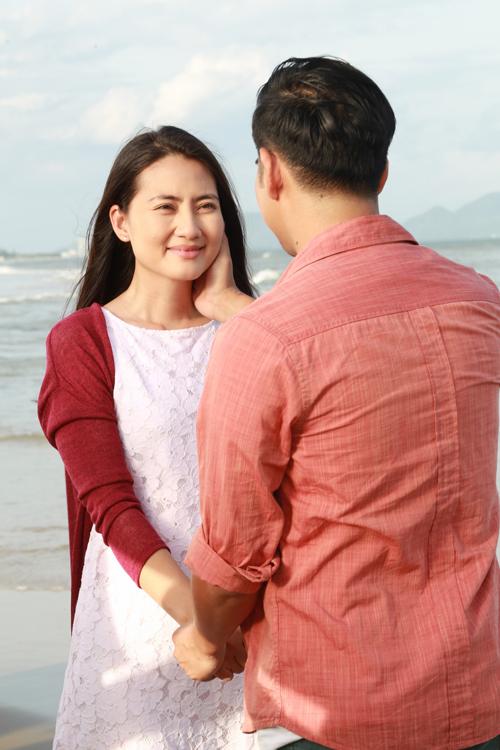 Nữ diễn viên trao ánh mắt tin cậy, nồng ấm cho ông xã. Ngoài đời, Thanh Bình cũng là chỗ dựa vững chắc, giúp Ngọc Lan quên đi những cay đắng trong đời.