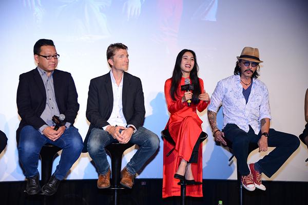 4 thành viên trong đoàn phim vui vẻ giao lưu về hậu trường thực hiện bộ phim.
