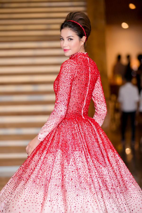 Sắp tới đây, Phạm Hương sẽ tổ chức buổi gặp gỡ fan hâm mộ lần đầu tiên kể từ đăng quang Hoa hậu Hoàn vũ Việt Nam 2015, cô cũng đang dành cho fan mình những tiết mục hấp dẫn nhất trong chương trình.