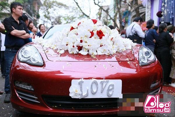 Nó được trưng dụng làm xe rước dâu trong ngày cưới cặp vợ chồng này.
