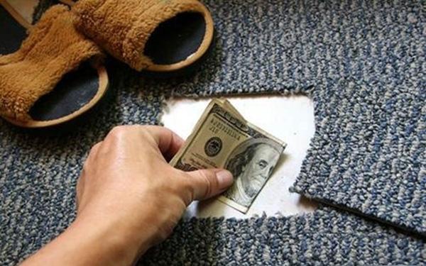 Tấm thảm khoét một góc vuông kín đáo có thể giúp các chàng lưu trữ được kha khá của nả.