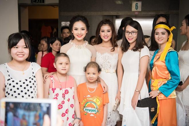 Dàn người đẹp Hoa hậu Việt Nam 2016  chụp ảnh lưu niệm trước khi chia tay những hoàn cảnh kém may mắn.