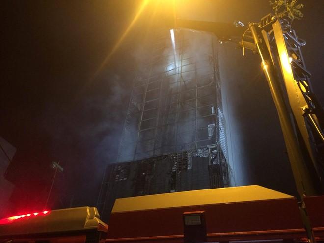 20h10: Xe cần vươn vẫn đưa nước lên cao để chữa cháy bên trong hiện trường. Hiện vẫn chưa có thông tin về số người mất liên lạc. Cảnh sát đeo mặt nạ dưỡng khí đang cố gắng tiếp cận bên trong, ở những khu vực đã tắt lửa.