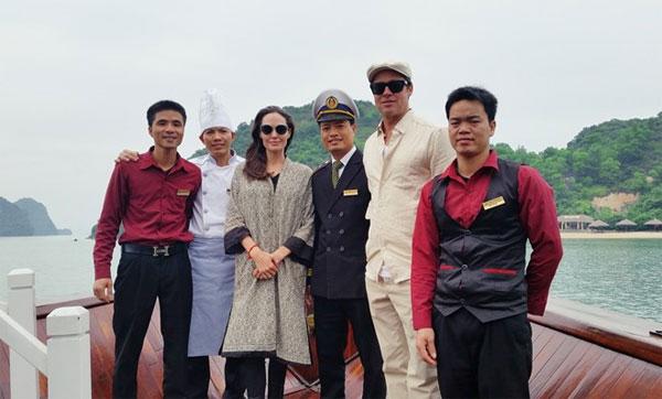 Cặp sao tươi tắn chụp hình kỷ niệm cùng các thuyền viên tại vịnh Hạ Long.