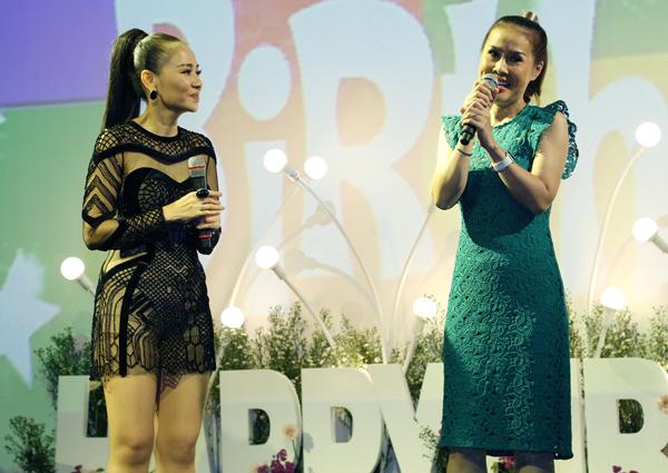 Một số bạn bè thân thiết cũng tới chia vui với nữ ca sĩ.