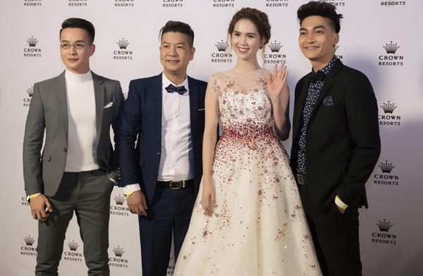 Đạo diễn Hùng Nguyễn (thứ hai từ trái qua) và diễn viên Khương Ngọc bảnh bao với vest tuxedo, vui vẻ hội ngộ Ngọc Trinh, Thanh Tú.