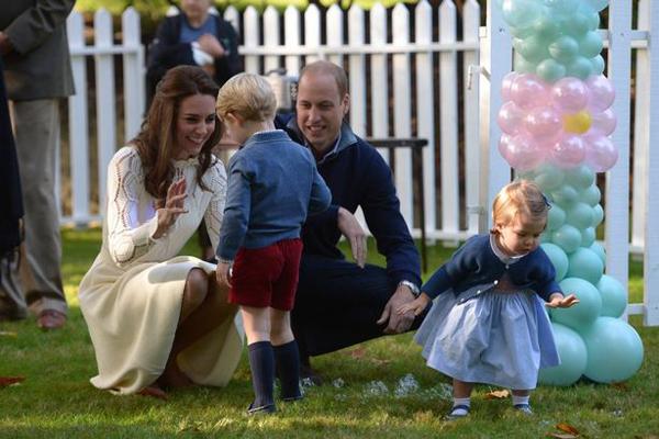 Trước đó, William và Kate đã tham dự các hoạt động ở Vancouver, Kelowna và Yoko, trong khi hai con ở lại Government House và đượcvú em Maria Borrallo chăm sóc. Sau bữa tiệc này, cả gia đình 4 người sẽ có một ngày riêng tư ở Victoria.