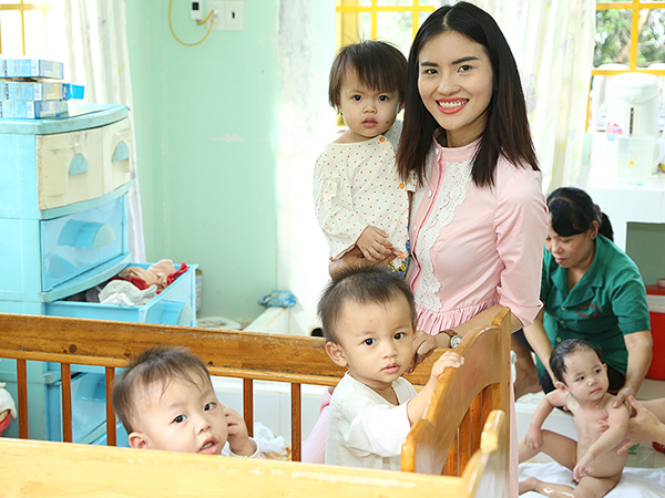 Người mẫu Lê Thị Phương tích cực làm từ thiện.