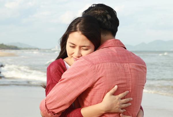 Đôi uyên ương say đắm ôm chặt nhau. Sau lễ đính hôn hồi tháng 7, Ngọc Lan và Thanh Bình dự định sang năm sẽ làm đám cưới.