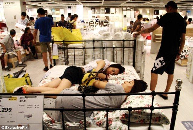 Người ngủ, người mua hàng, đủ mọi thành phần với những mục đích khác nhau vào siêu thị Ikea.