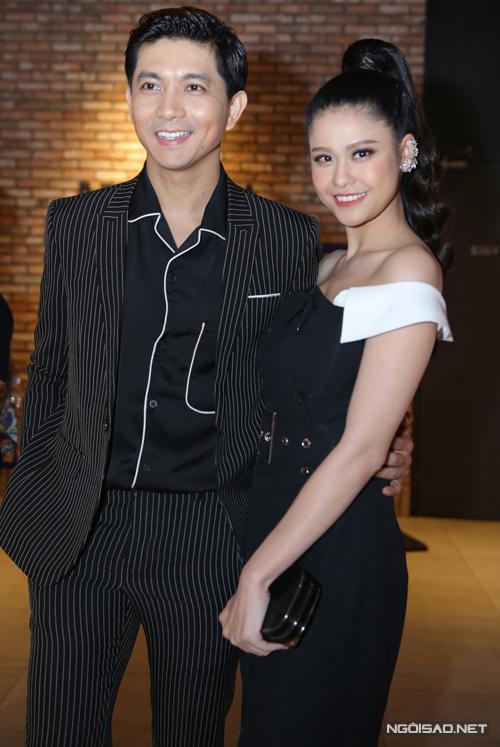 Vợ chồng Tim - Trương Quỳnh Anh tình tứ đi xem phim.