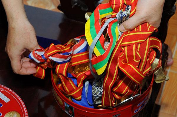 Không có tủ trưng bày nhưng những tấm huy chương của anh Công được bảo quản cẩn thận trong hộp nhỏ.