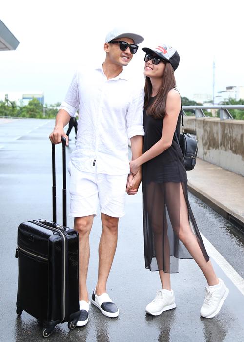 Tại sân bay chiều qua, đôi vợ chồng ăn mặc trẻ trung, ton sur ton với màu đen -trắng.