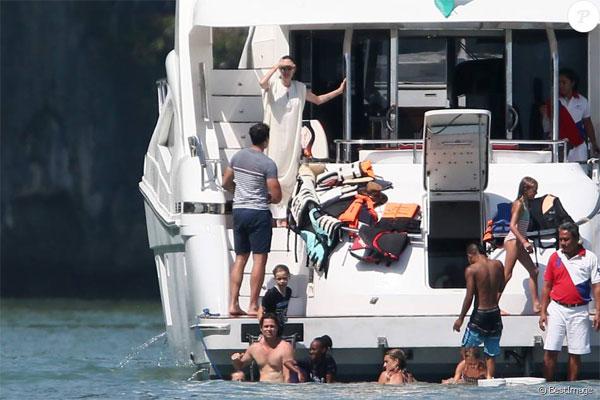 Ngay sau đó, cặp sao cùng các con đi nghỉ Giáng sinh tại Phuket, Thái Lan. Brad Pitt cởi trần giúp các con tập bơi trong khi Angelina đứng trông chừng bọn trẻ.