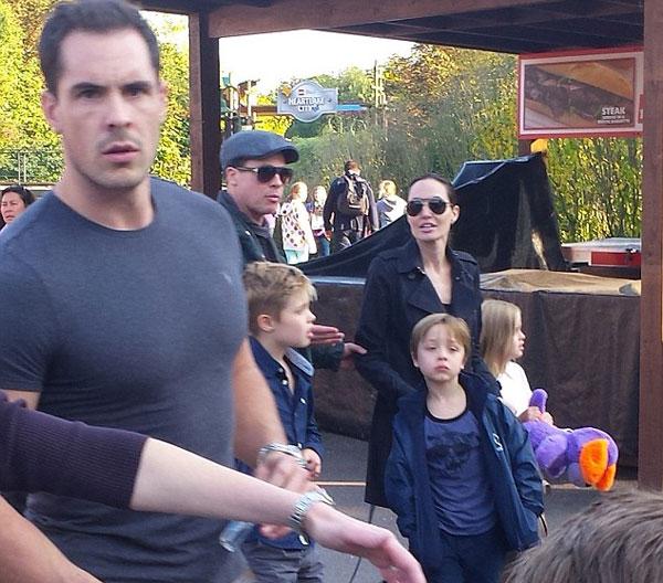 Nhân chứng kể rằng, Brad đã kéo tay Angelina nhưng nữ diễn viên đã đẩy tay chồng ra.