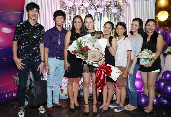 Thu Minh rạng rỡ chụp ảnh kỷ niệm cùng mọi người.